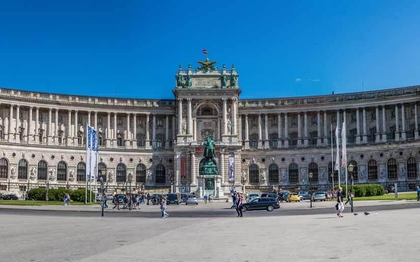 טסים לווינה ומבקרים בארמון הופבורג